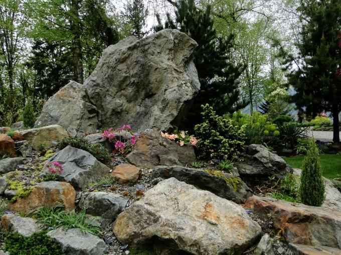 Rock_garden_at_entrance.jpg
